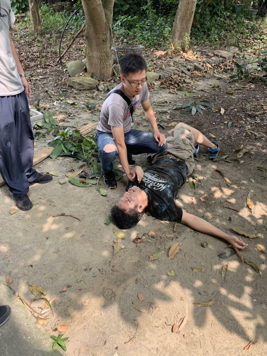 嫌犯在警方圍捕時跳樓受傷倒地,送醫發現摔斷4根肋骨還造成肝臟破裂。記者林昭彰/翻攝