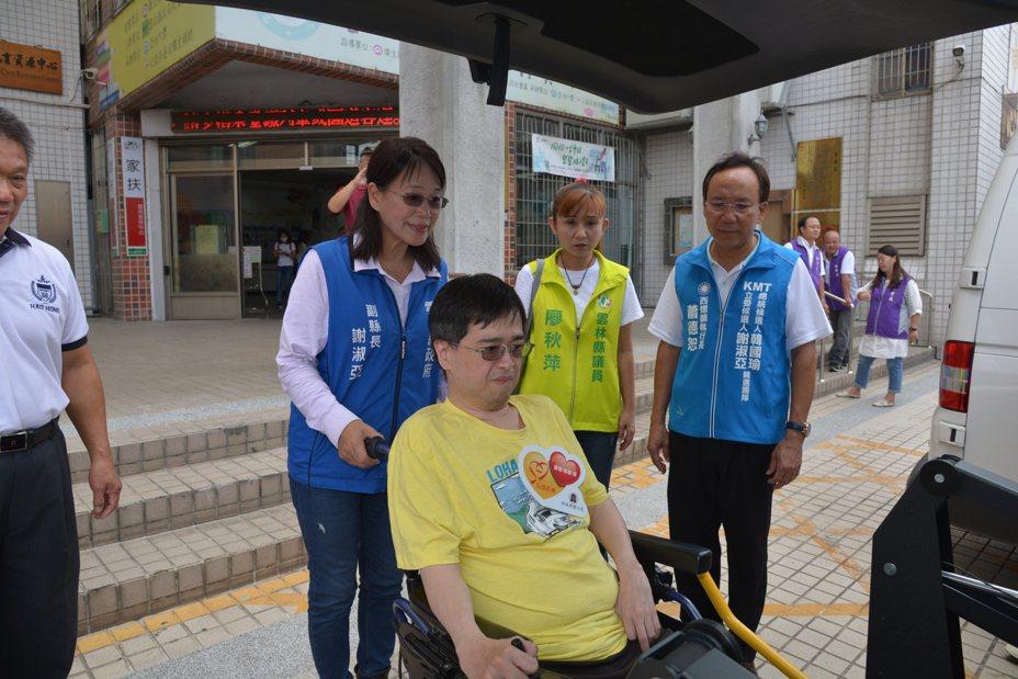 雲林副縣長謝淑亞(左二)協助身障者試乘復康巴士。圖/雲林縣府提供