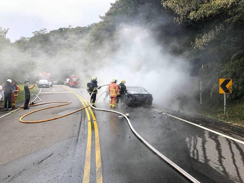 鄭姓司機開著計程車在3名乘客前往新北市汐止區五指山掃墓時,因不明原因造成車輛引擎起火燃燒。記者柯毓庭/翻攝