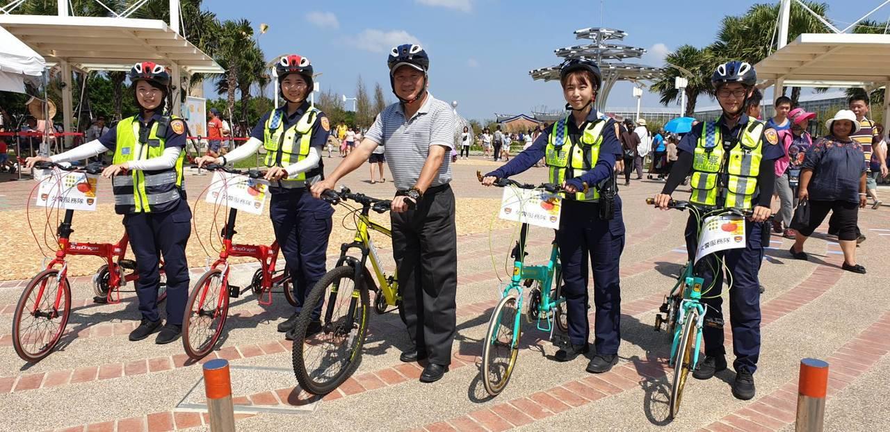 為了能於農博會行人徒歩區機動服務遊客,楊梅分局特別購置6部腳踏車供員警,執行巡邏...