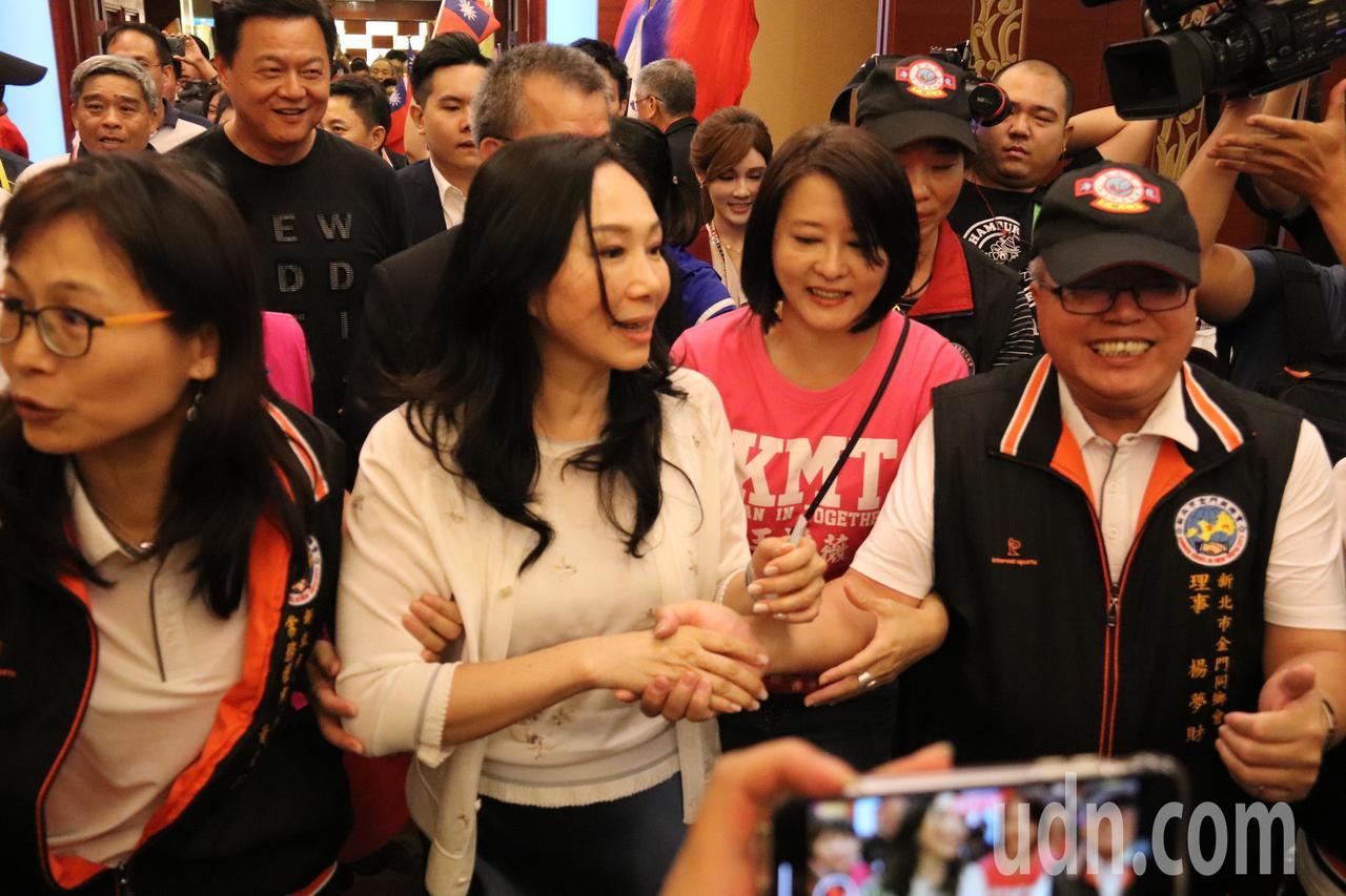 高雄市長韓國瑜妻子李佳芬第四站行程,與中和金門同鄉會鄉親喊話。記者胡瑞玲/攝影