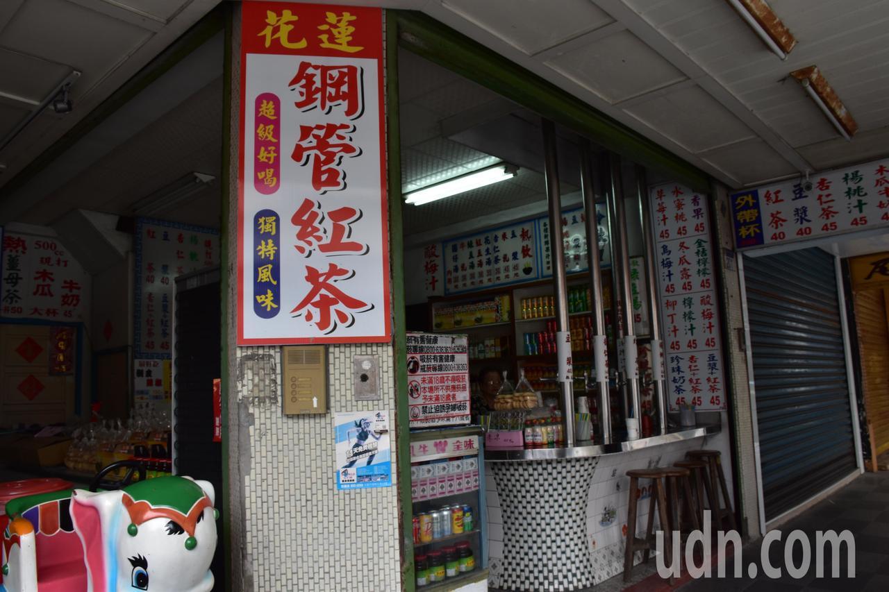 花蓮一家鋼管紅茶店被踢爆,花生湯用市售罐頭添加糖水,裝成一杯賣顧客。記者王思慧/...