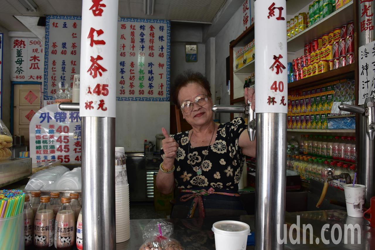 花蓮鋼管紅茶店莊姓老闆娘說,自家花生湯是自己煮的。記者王思慧/攝影