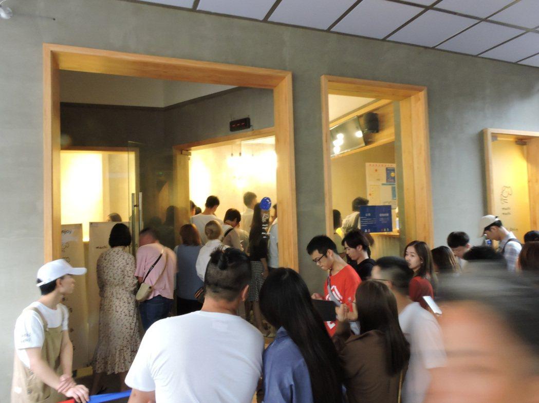 周杰倫MV捧紅的茶飲「麥吉」開在杭州的大陸首店,黃金周大排長龍。記者戴瑞芬攝影