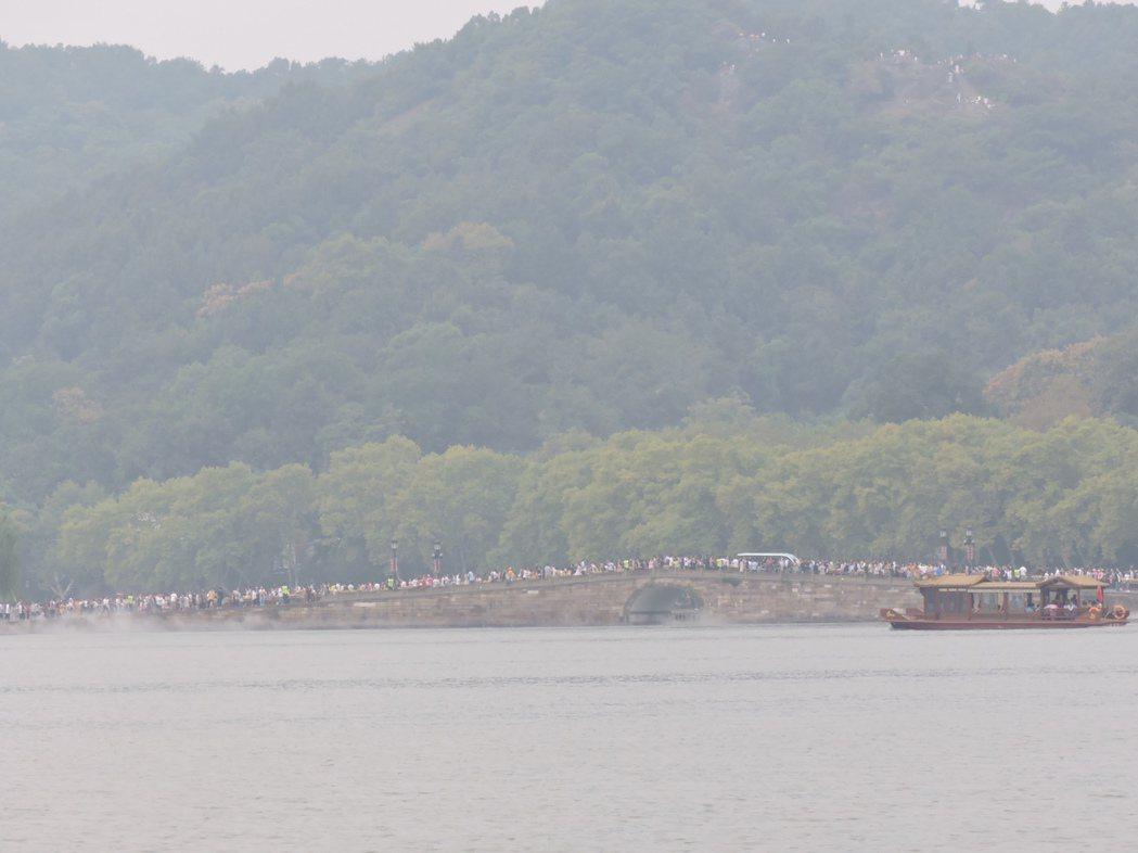 十一黃金周杭州西湖的遊客日逾30萬,斷橋上從早到晚橋上人龍寸步難行,茫茫人海中斷...