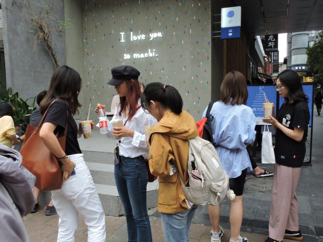周杰倫MV捧紅的茶飲「麥吉」開在杭州的大陸首店,黃牛喊價一杯人民幣300元,連公...