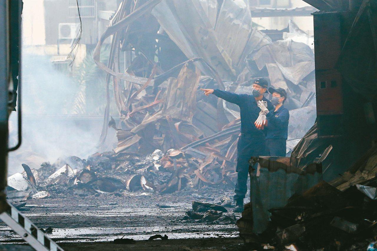 台中農地違建大火,造成兩名消防員殉職,火災調查科人員到現場採證。本報資料照片