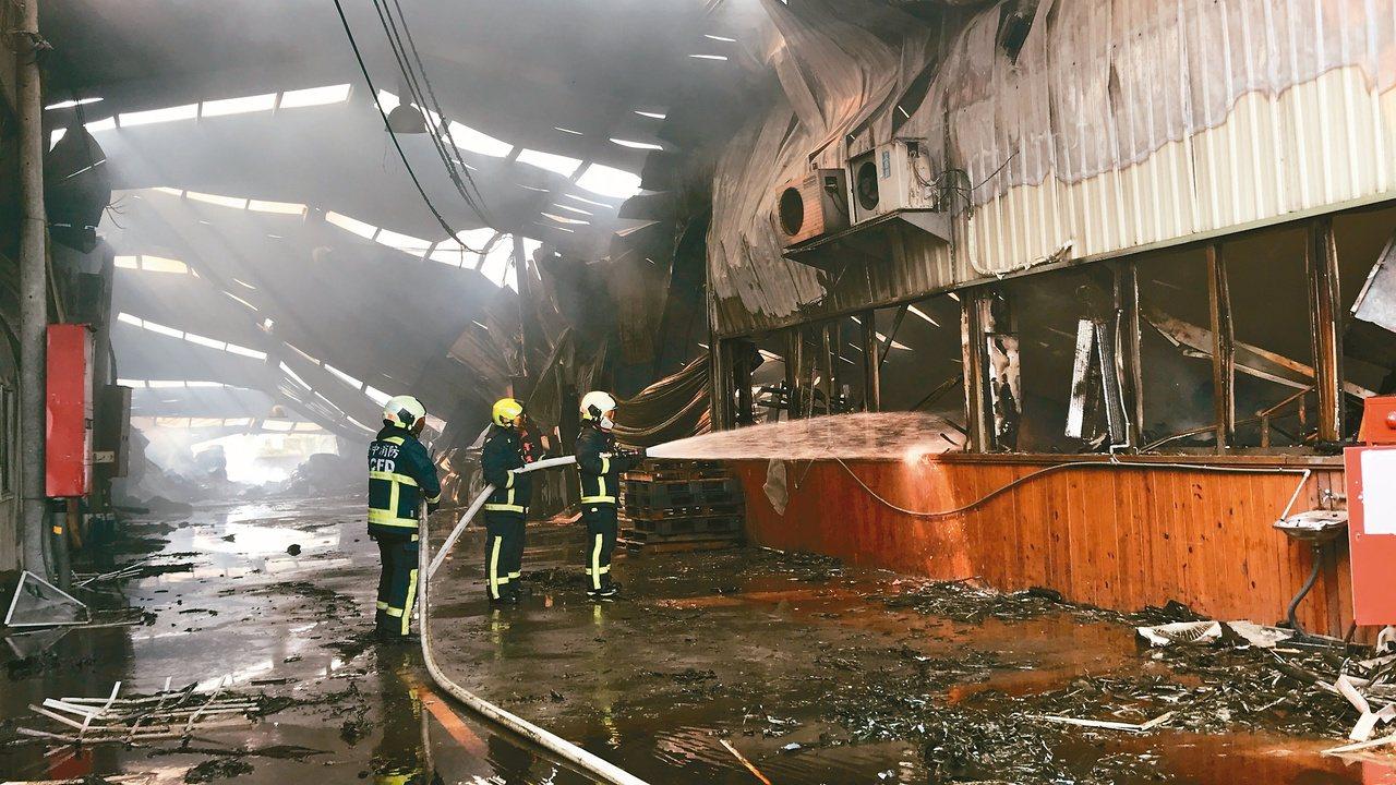 台中市農地違建失火,大火十小時後撲滅,廠房屋頂嚴重塌陷,兩名消防員殉職。本報資料...