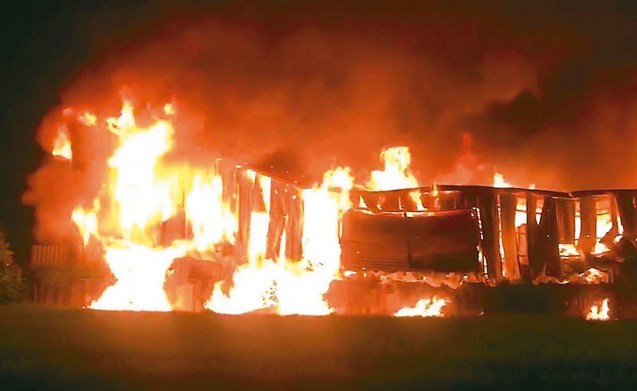 台中市大雅區一處在農地上的鐵皮工廠3日凌晨發生大火,造成兩名消防員殉職。圖/中市...