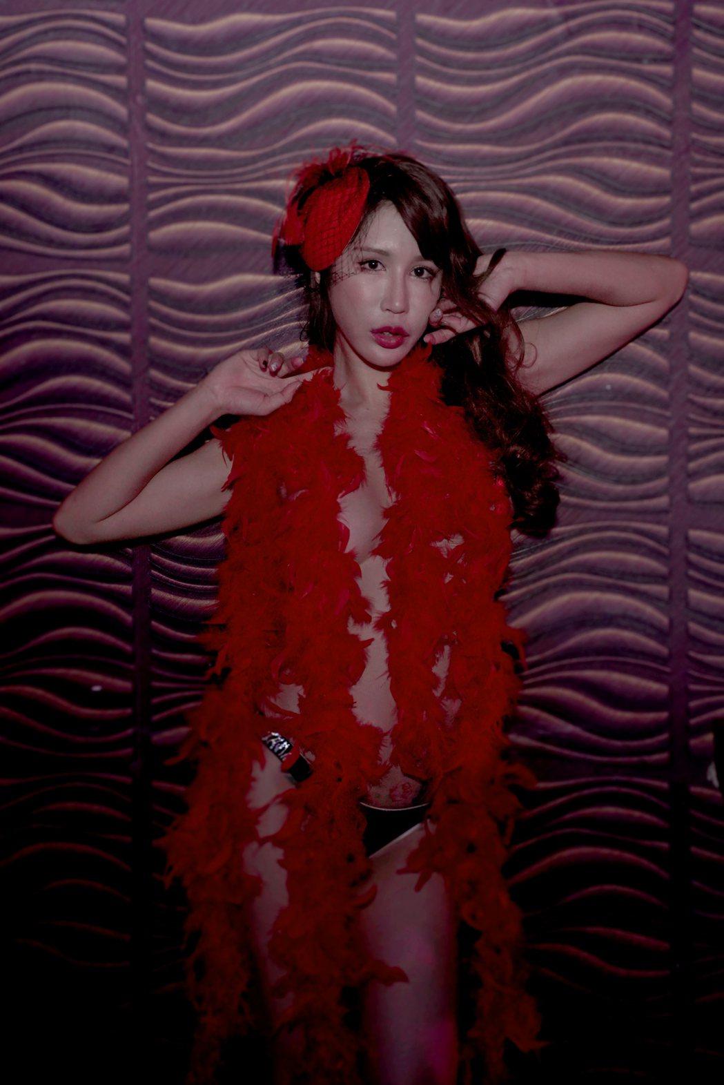 黃明志MV邀來IG粉絲破百萬的網美辛尤里演出女主角,大秀F奶好身材。圖/亞洲通文...