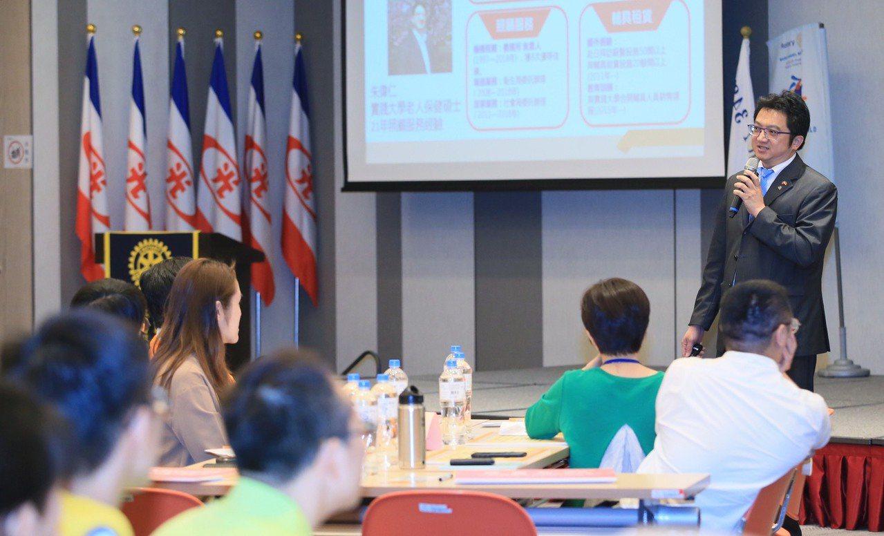 愛長照平台執行長朱偉仁,自己有照顧長輩21年的經歷。他表示照顧家人是一條漫長的路...