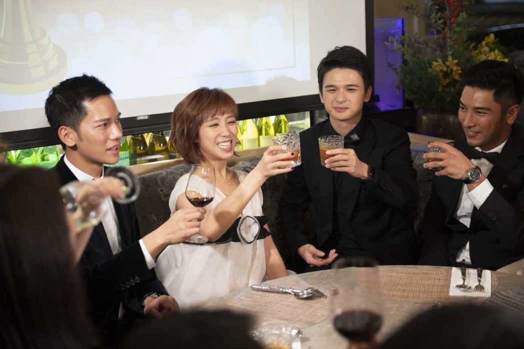 梁舒涵(左二)奪金鐘新人,開心出席慶功。圖/TVBS提供  ※ 提醒您:禁止酒駕...