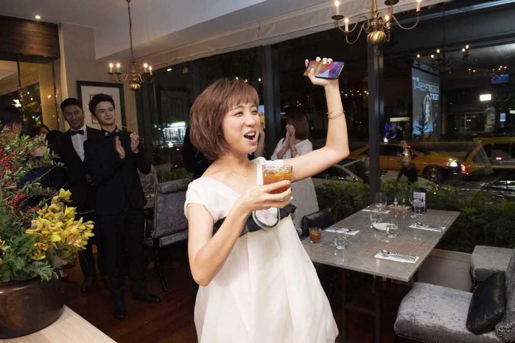 梁舒涵奪金鐘新人,開心出席慶功。圖/TVBS提供  ※ 提醒您:禁止酒駕 飲酒過