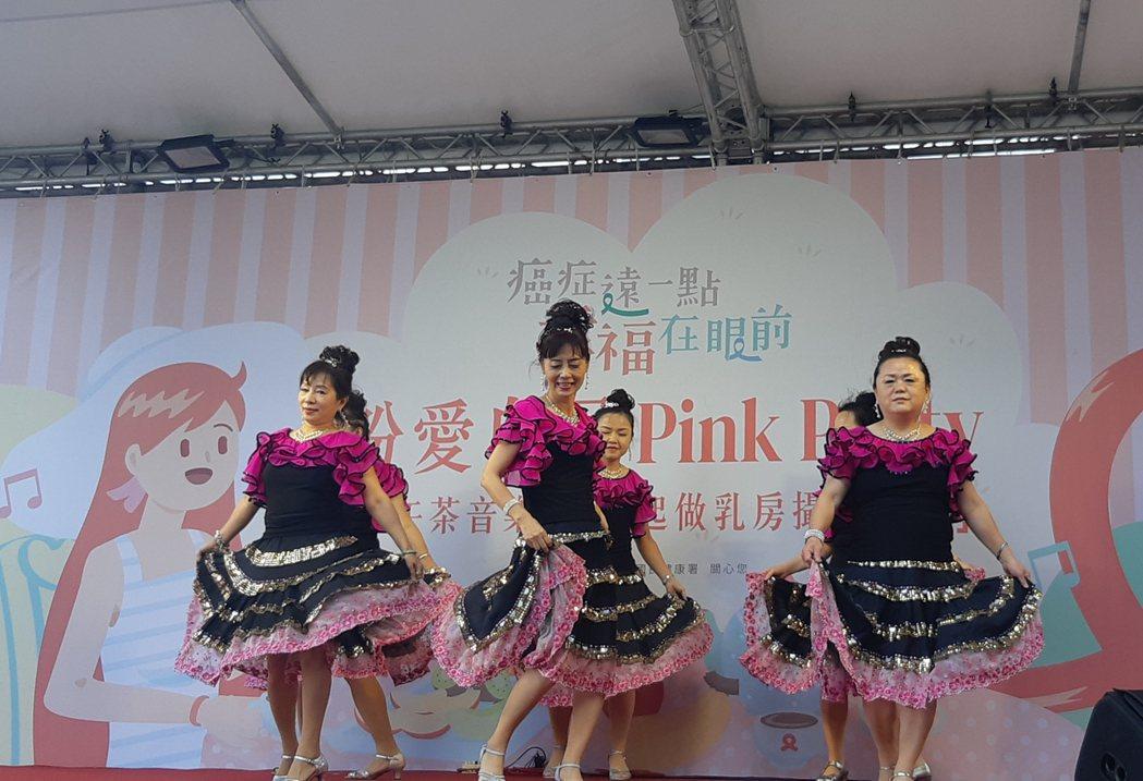 為加強宣導乳癌篩檢的重要性,國健署在10月乳癌防治月舉辦「粉愛自己之粉紅派對」活...