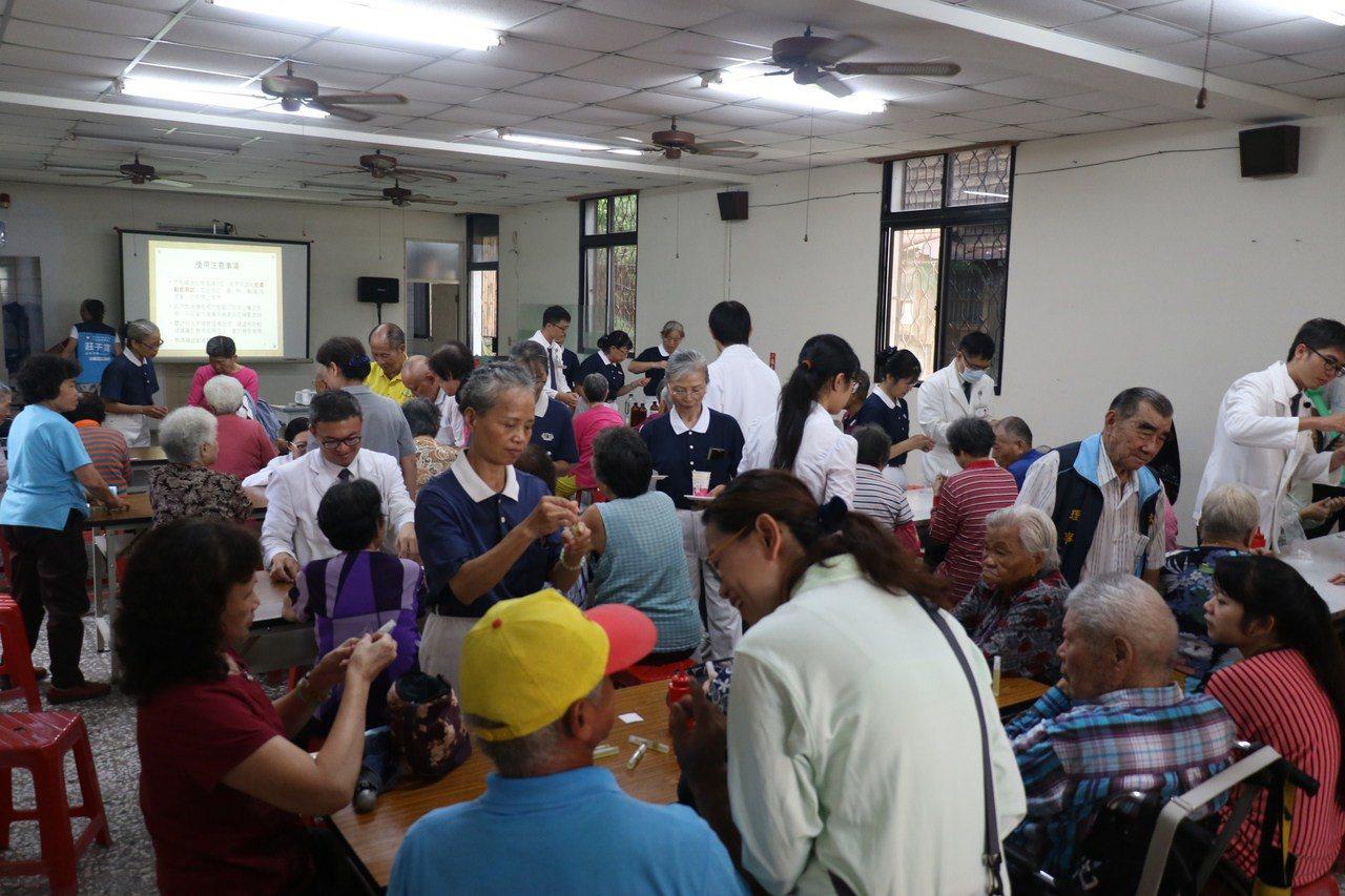 台中慈濟醫院中醫師今天到社區,教長輩養生,也有帶動養生操。圖/台中慈濟醫院提供
