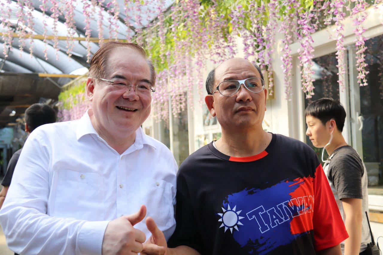 國民黨新北黨部主委李乾龍(左)也到場支持。記者胡瑞玲/攝影