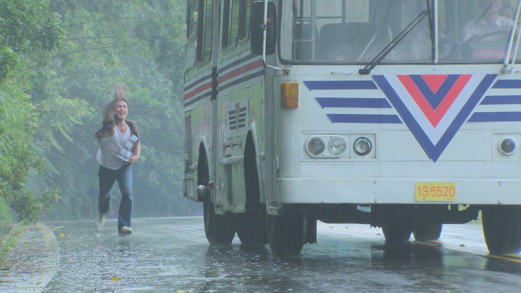 傅子純拍攝雨中追佳人戲碼,又是騎腳踏車又是跑步狂追,累到氣喘吁吁。圖/民視提供