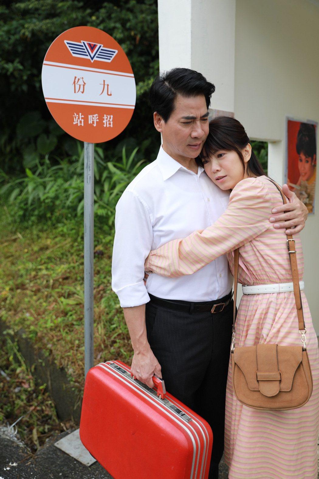 翁家明(左)在「多情城市」中,將愛女廖苡喬送往他鄉,離別時離情依依。圖/民視提供