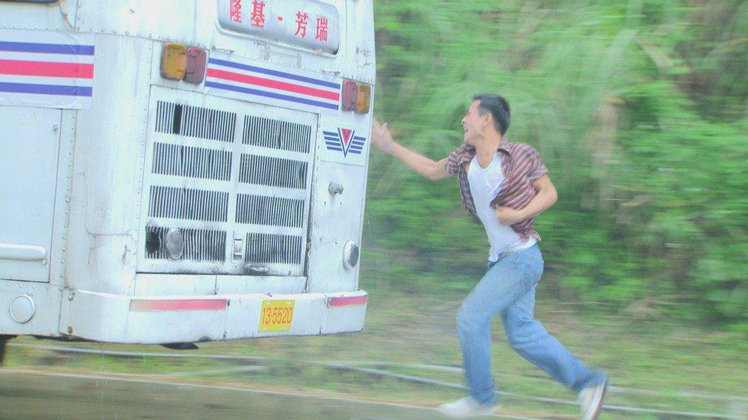 傅子純在「多情城市」戲裡雨中狂追公車。圖/民視提供