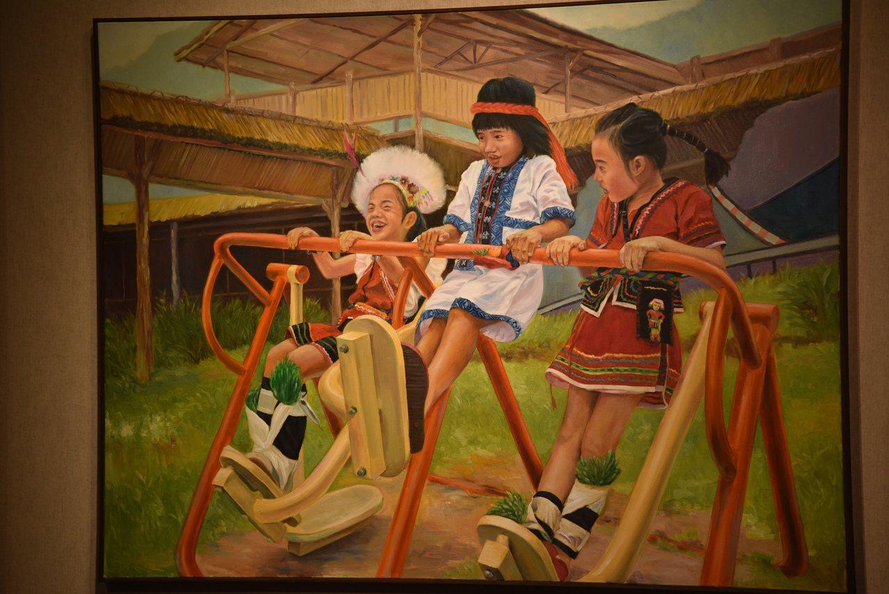 陳泓義其中一幅畫作《快樂小公主》,畫出3名穿著傳統服飾小女孩,正玩著現代遊樂設施...