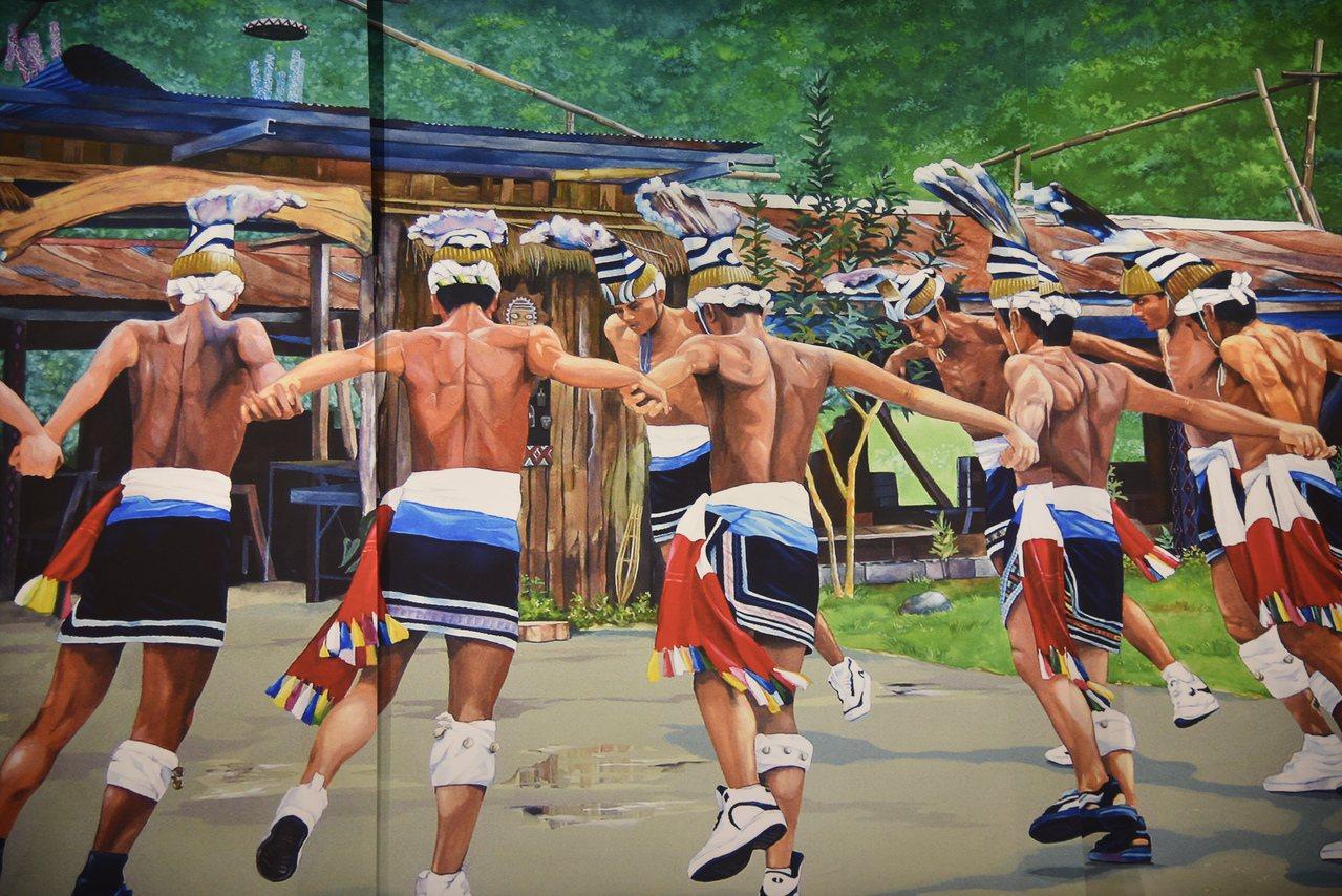 陳泓義畫作《原舞之美》則是畫出豐年祭中,阿美族人穿著球鞋跳舞,代表隨著文明腳步愈...