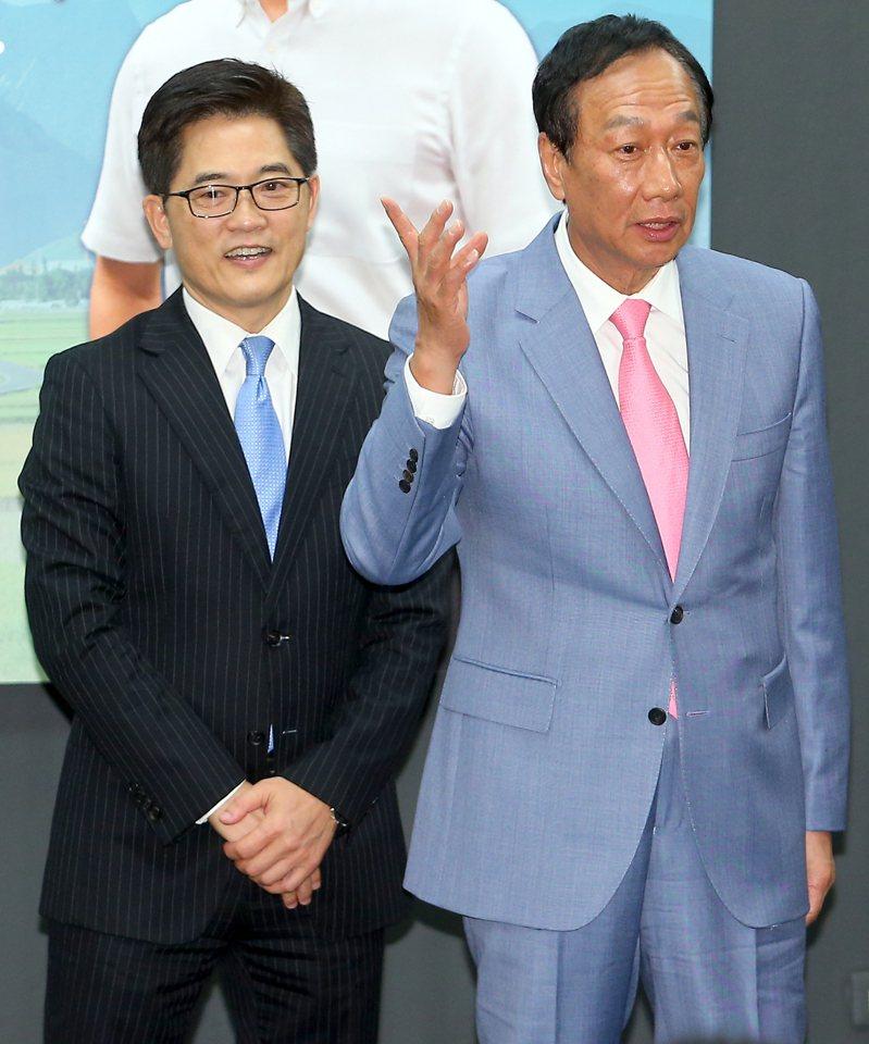 鴻海創辦人郭台銘(右)出席前台東縣長黃健庭(左)的專題演講,他表示黃健庭原本是自己副手的不二人選。記者余承翰/攝影