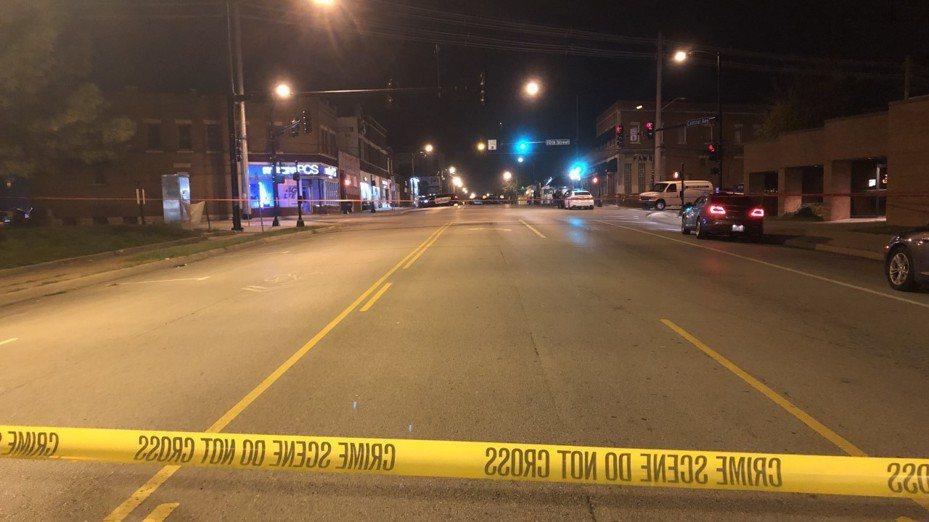 堪薩斯州堪薩斯市一處酒吧發生槍擊案,警方已封鎖附近街道。取自網路
