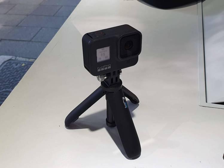 HERO8 Black具備折疊式固定接頭,更方便與各種周邊配件搭配使用。記者黃筱...