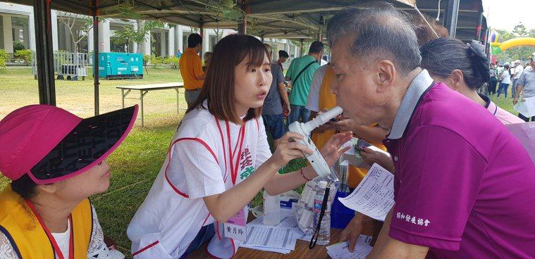 國際扶輪社與奇美醫院今天一起舉辦搶救記憶活動,圖為民眾在場做肺功能檢測。記者修瑞...