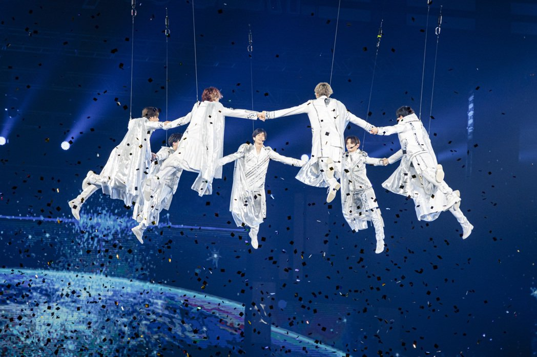 Hey!Say!JUMP吊鋼絲騰空飛起。圖/超級圓頂/大鴻藝術提供