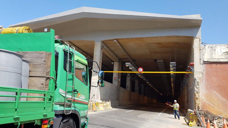 鳳鼻隧道第1孔道屢遭超高車輛闖入破壞設備,公路總局在隧道口加裝限高橫桿,多一道防線。記者黃瑞典/攝影