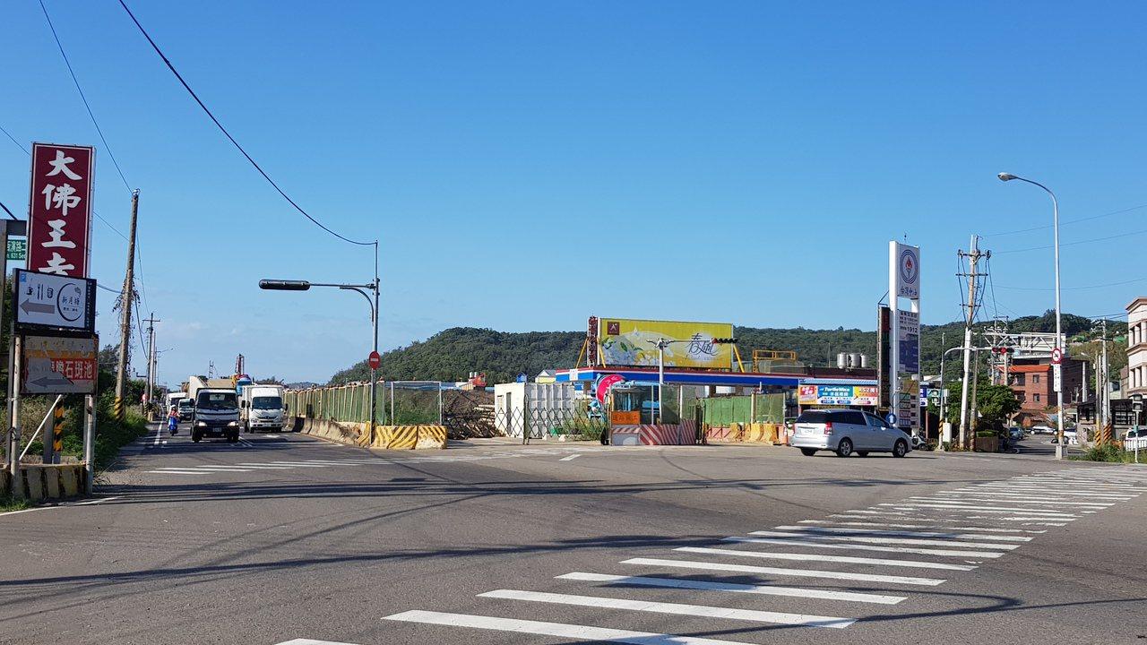 西濱快速公路新豐1交流道至鳳崗路口段工程仍在趕工,施工路段限速40公里,部分車道...