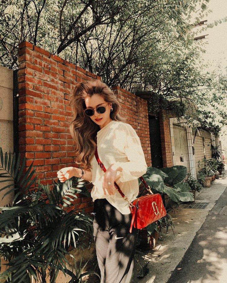 林珈安Lyla搭配Marc Jacobs野莓紅菱格紋縫線Softshot包。圖/...