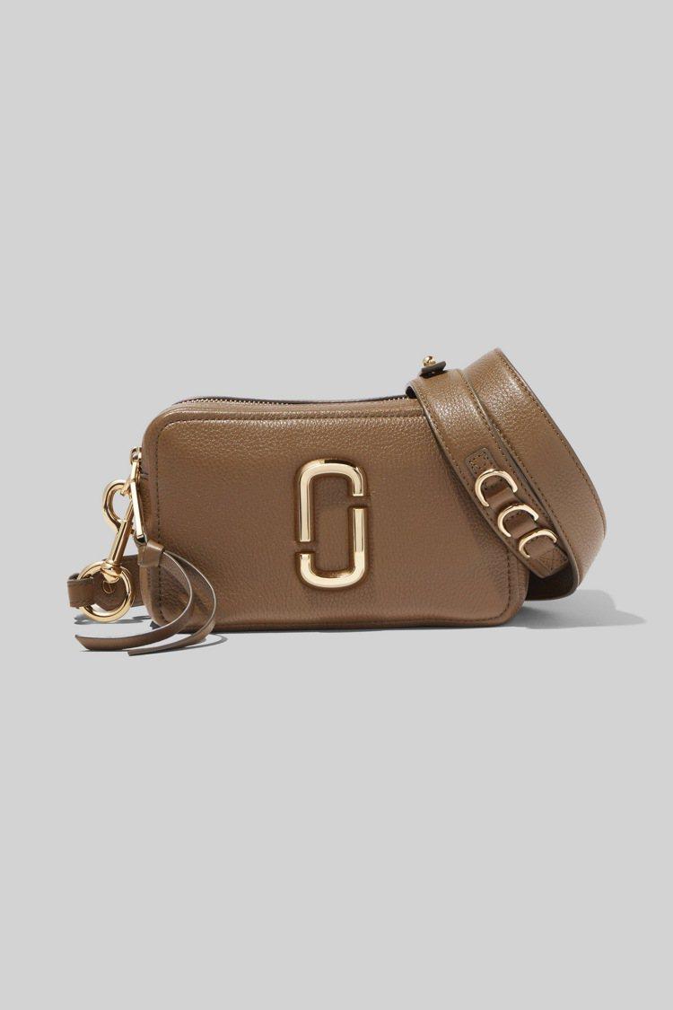 焦糖棕Softshot包,15,900元。圖/Marc Jacobs提供