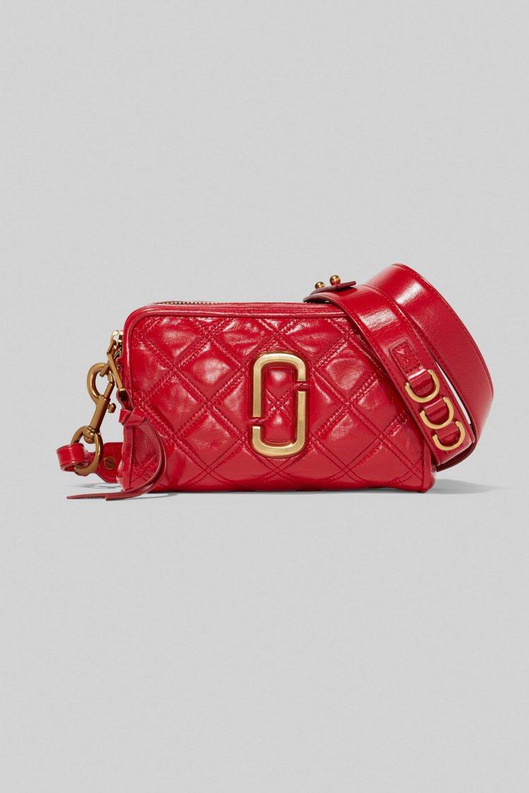 野莓紅菱格紋縫線Softshot包,21,900元。圖/Marc Jacobs提...