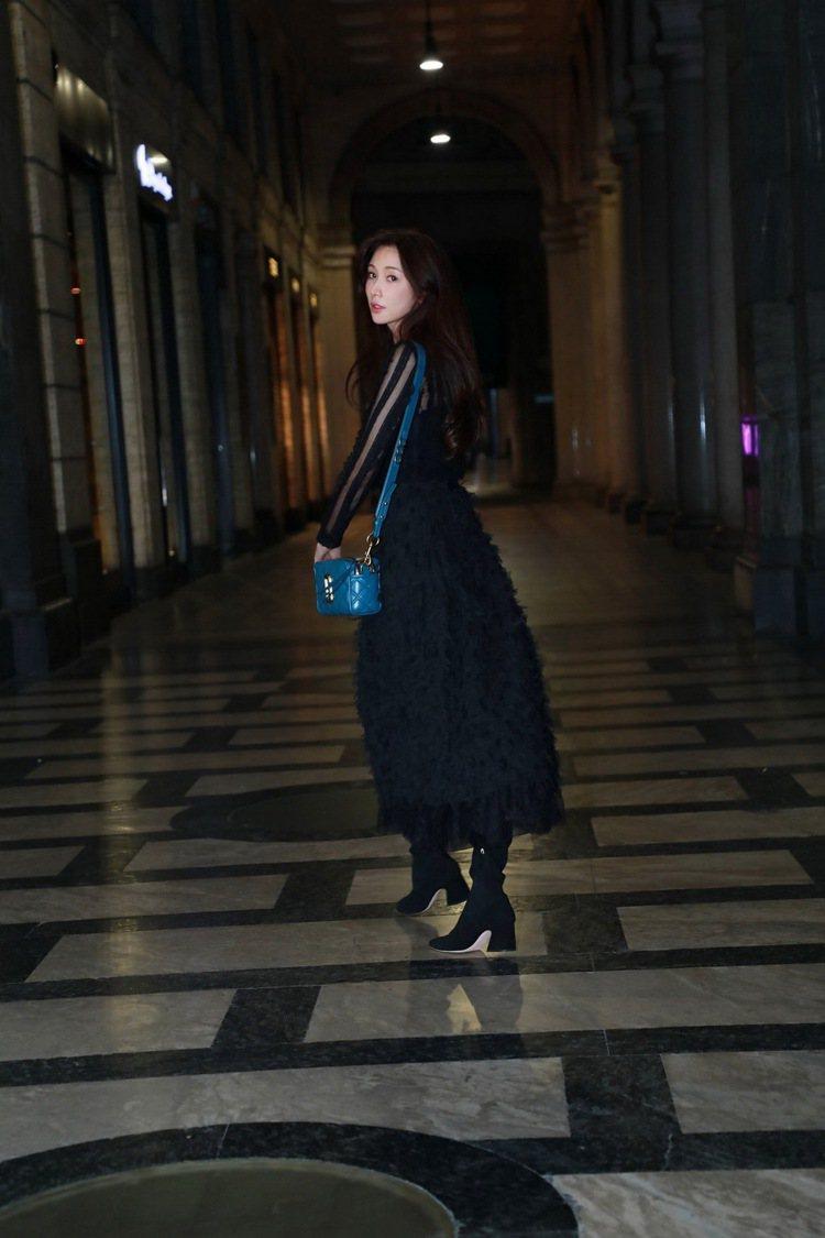林志玲搭配Marc Jacobs漆皮菱格紋縫線Softshot肩背包。圖/摘自林...