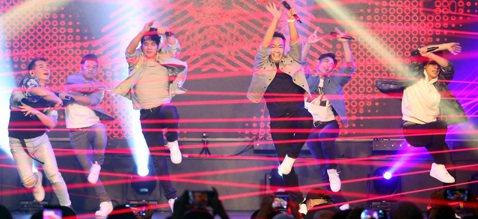紅孩兒「Shout Out to The World」成軍三十週年音樂會今晚在台北花漾HANA展演空間,從26年前青澀的男孩轉變為大叔的六位成熟男人,在舞台上賣力的載歌載舞,彩排數個月的精采成果表演...