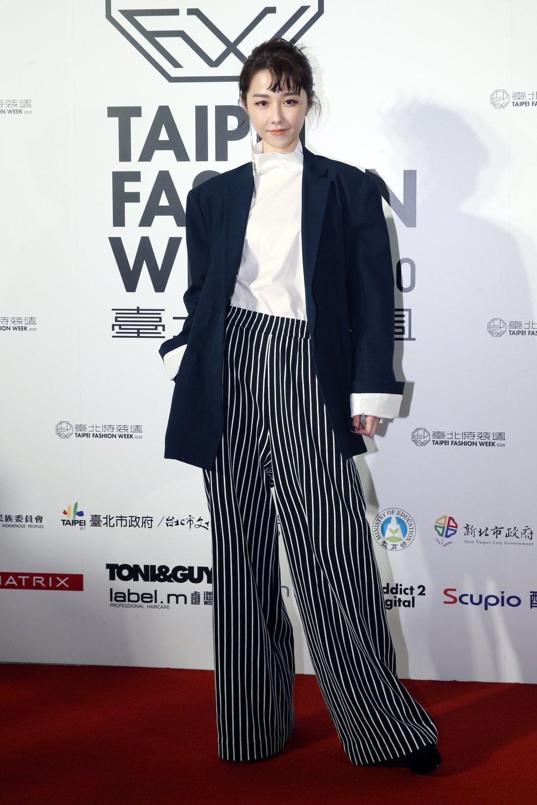 藝人邵雨薇(圖)身著台灣設計師服飾亮相。記者許正宏/攝影