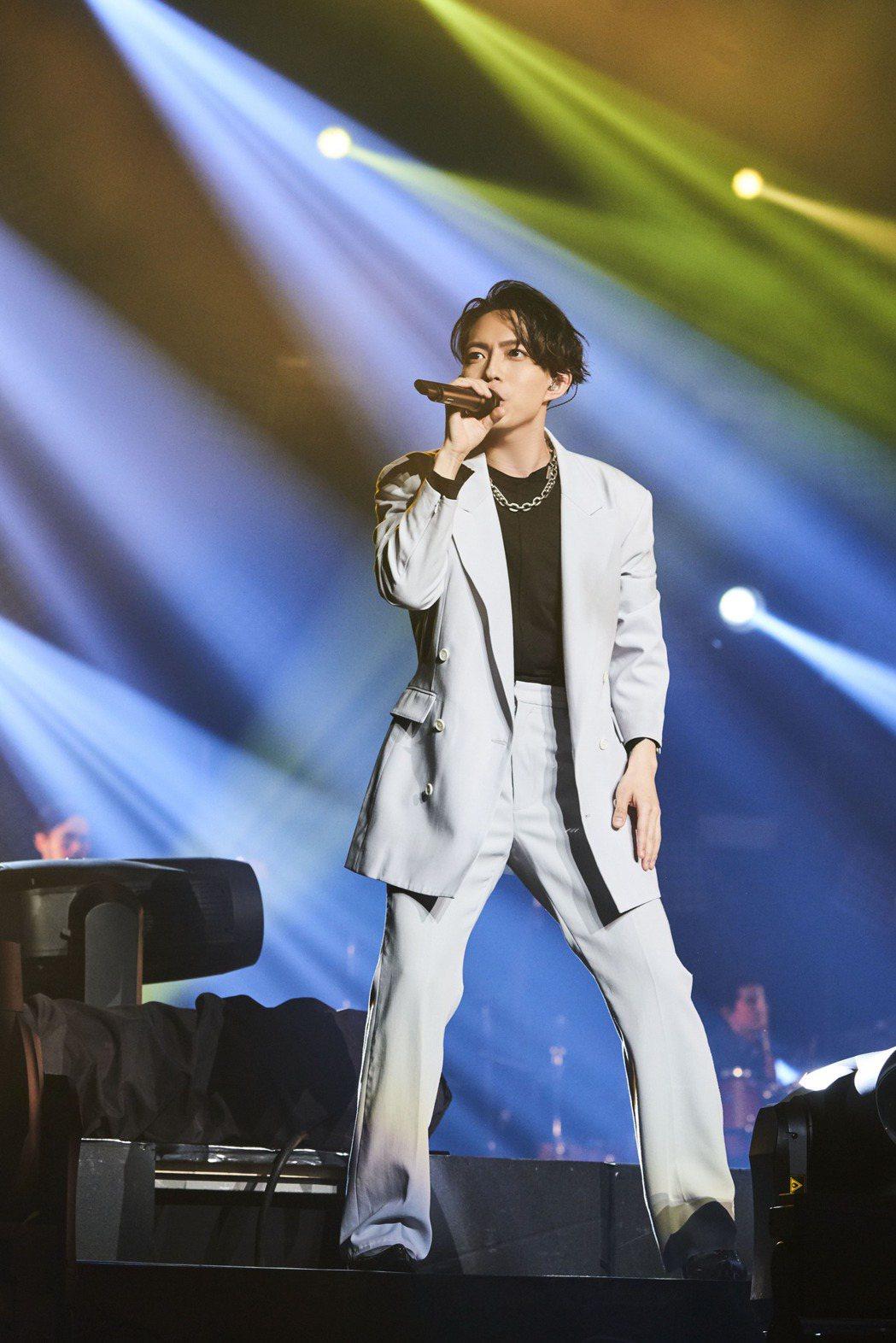 林宥嘉以復古搖滾造型開唱,要粉絲盡量誇他帥。圖/華研提供