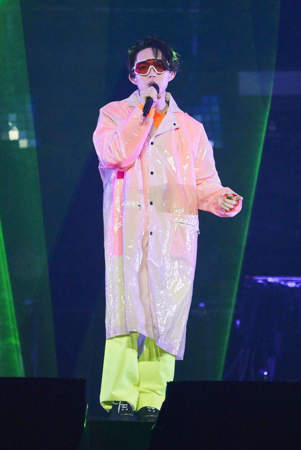 林宥嘉螢光造型搭上橘色顯眼護目鏡,帶來快歌組曲。圖/華研提供