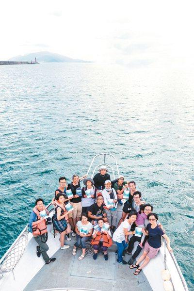 廖鴻基(圖上方中)與書友舉行海上簽書會。 陳立凱/攝影