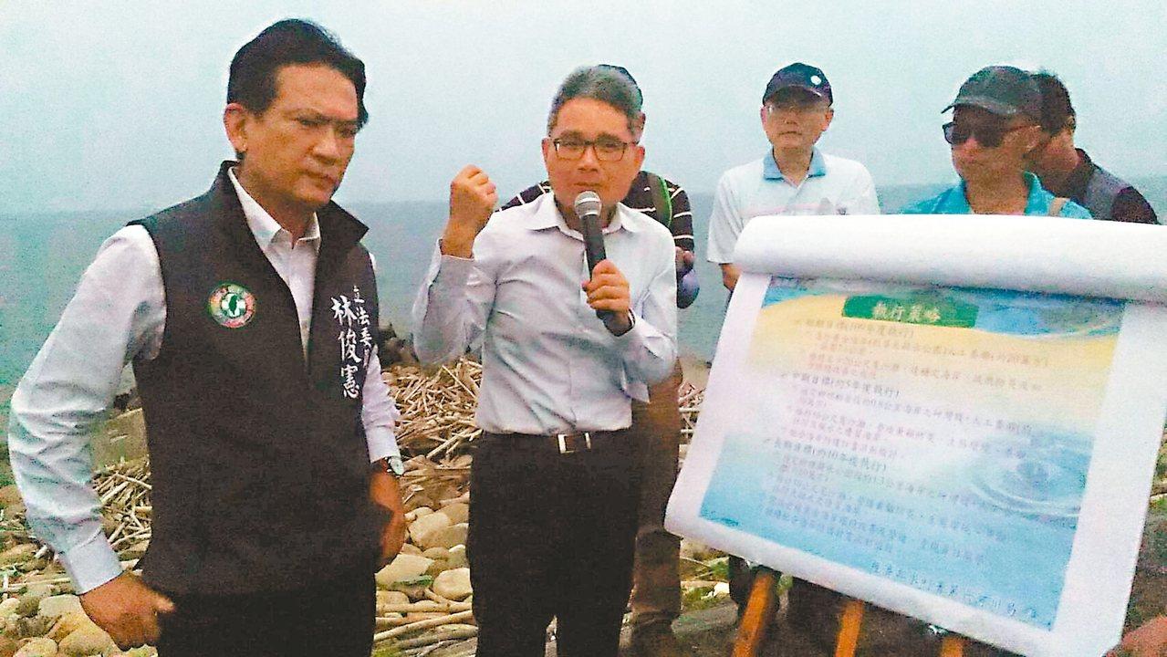 水利署長賴建信(中)受立委林俊憲(左)邀請,昨到台南市黃金海岸會勘沙灘流失問題。...