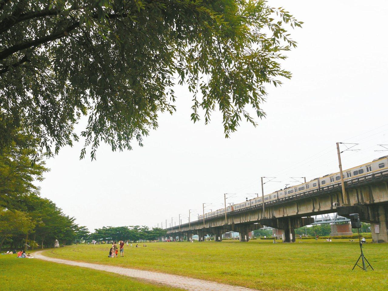 高雄大樹舊鐵橋溼地公園廣達30公頃,對岸就是國慶焰火施放處。 記者徐白櫻/攝影