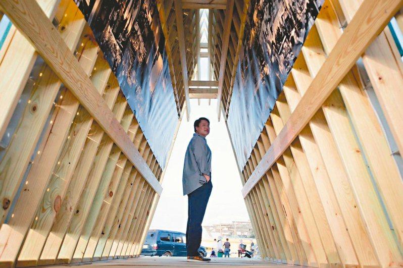 基隆市長林右昌示範如何在海上美術館等作品前拍網美照。 圖/基隆市政府提供