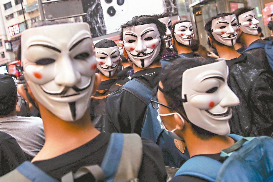 香港高等法院裁定《緊急法》部分條款違反基本法的規定,中聯辦表示,應當尊重中共全國人大常委會的有關決定。 歐新社