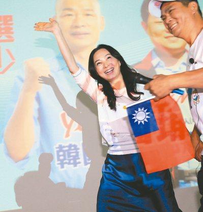國民黨總統參選人韓國瑜妻子李佳芬(左)昨以「新北媳婦」身分代夫到新北拜票,熱情向...