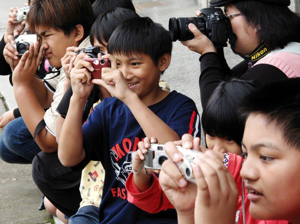林錫銘發想、公益平台協助募集二手數位相機,林錫銘並利用周末到偏鄉帶著孩子學習用相...