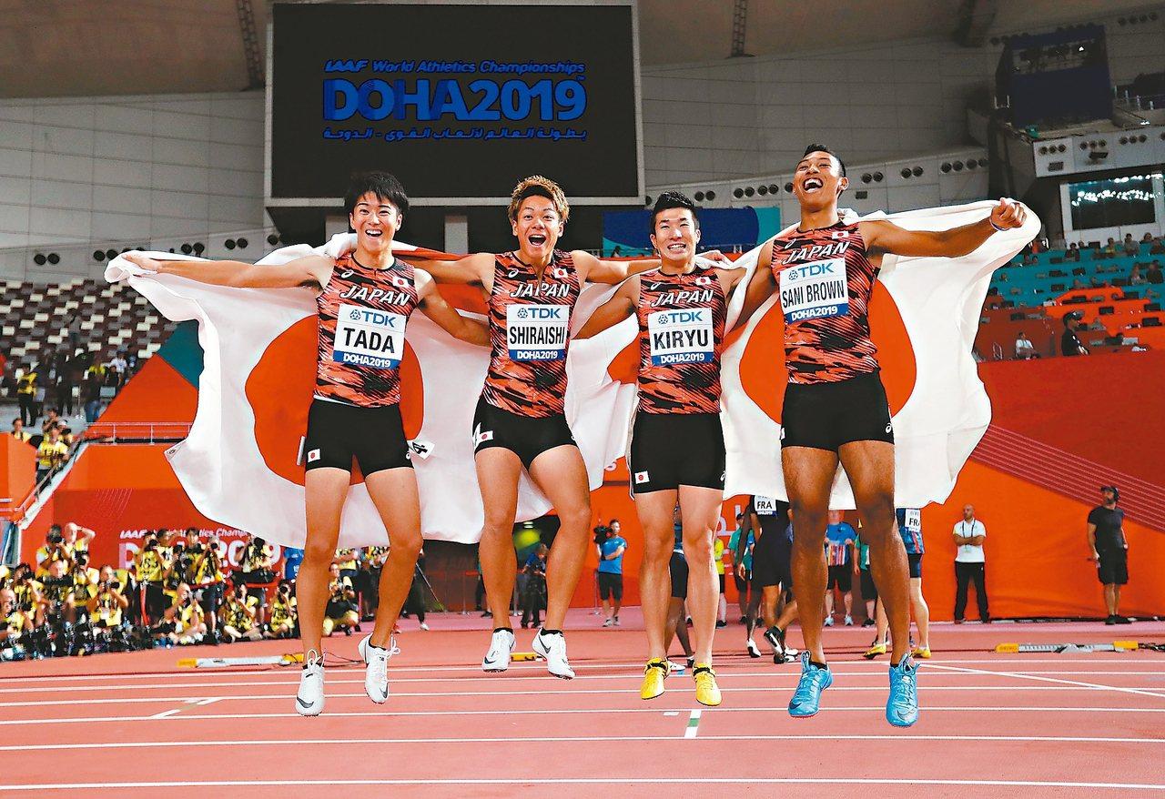 打破亞洲紀錄又在世界田徑錦標賽男子四百公尺接力掛銅,日本隊多田修平(左起)、白石...