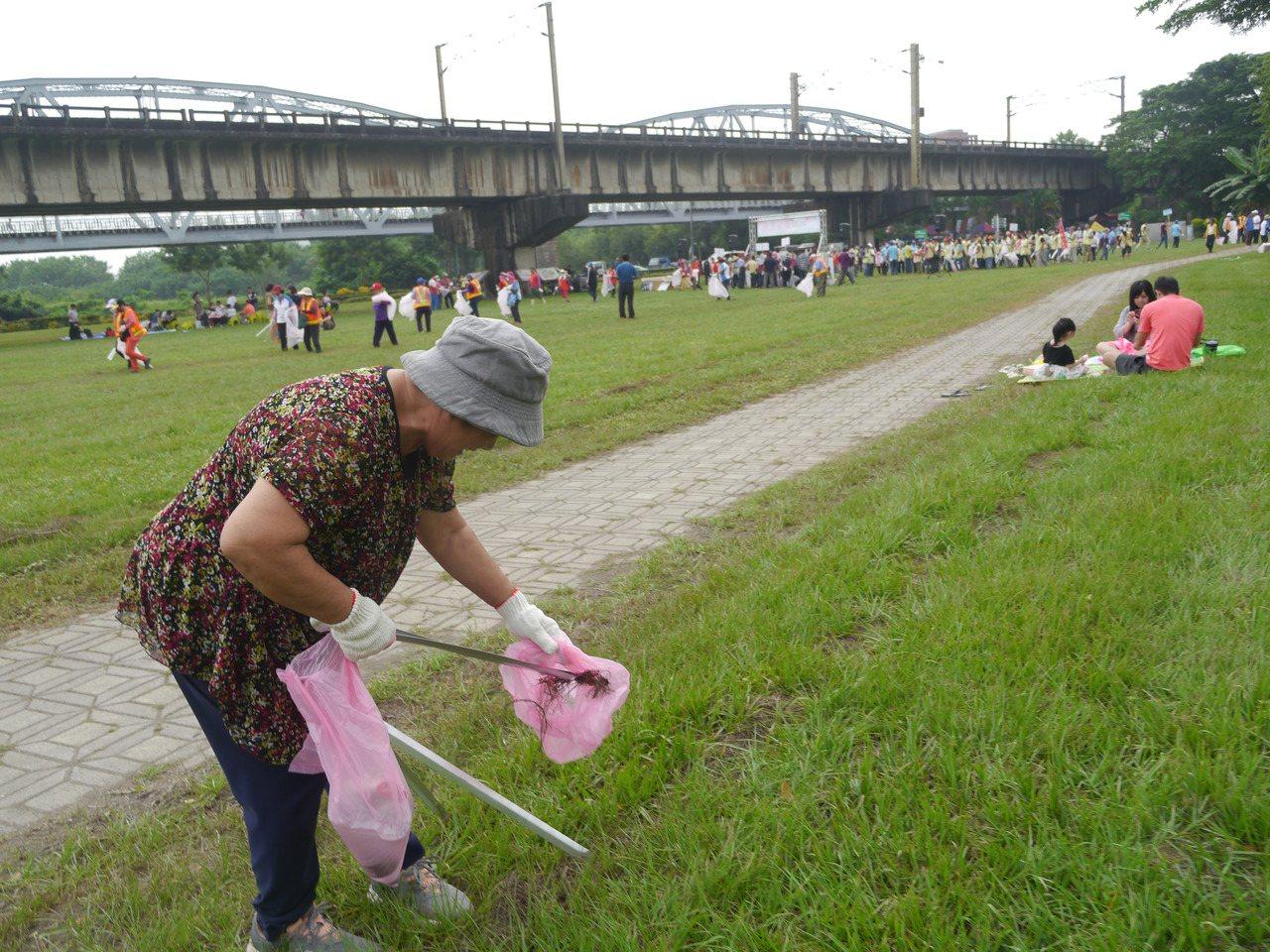 大樹區公所昨號召社區居民合力清潔環境。 記者徐白櫻/攝影