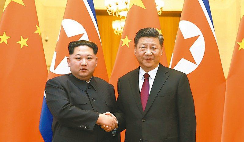 歷年來每有大事,北韓領導人就會與中國領導人會面。圖為大陸國家主席習近平(右)與北韓領導人金正恩,就中朝建交70周年互致賀電。 (新華網)